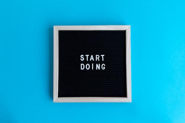 Bovenaanzicht van een schoolbord met een massage op een blauwe achtergrond
