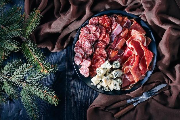 Bovenaanzicht van een set van kaas en gedroogd vlees