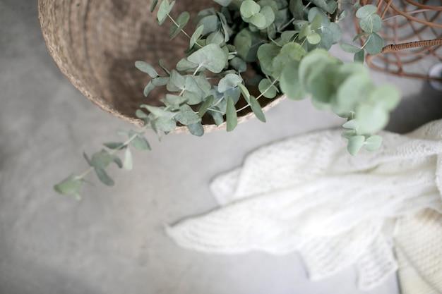 Bovenaanzicht van een set van rieten manden met wollen draad dekens op een industriële vloer