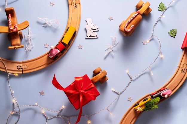 Bovenaanzicht van een speelgoedstad met treinen en een auto met nieuwjaarsgeschenken en snoep