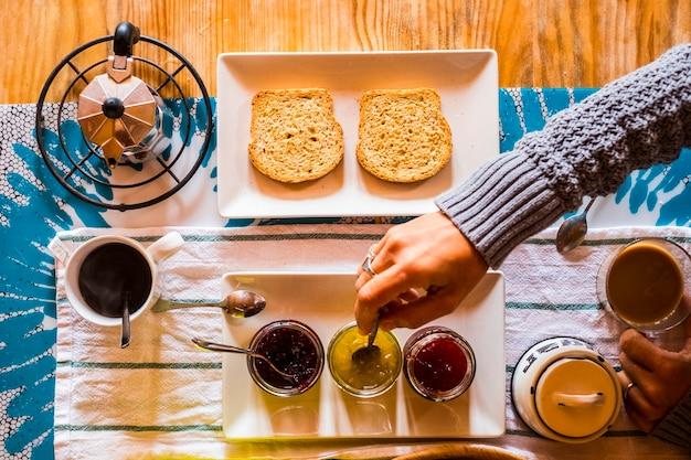 Bovenaanzicht van een tafel vol met eten en drinken voor het ontbijt 's ochtends