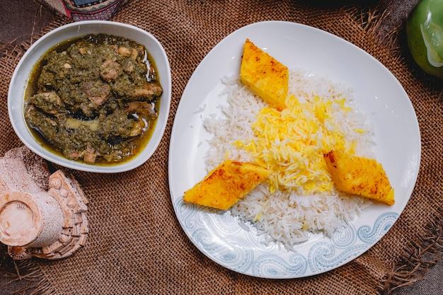 Bovenaanzicht van een traditioneel azerbeidzjaans gerecht syabzi pilaf vlees met groenten en rijst