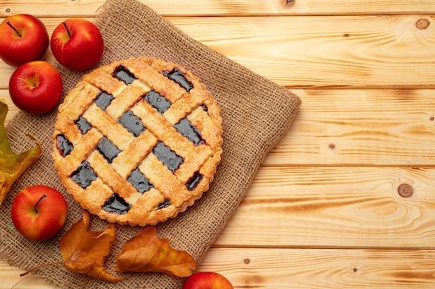 Bovenaanzicht van een traditionele amerikaanse thanksgiving pie bovenaanzicht op houten bord