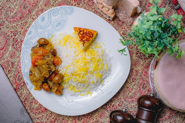 Bovenaanzicht van een traditionele azerbeidzjaanse schotel pilaf met vlees met gedroogde vruchten