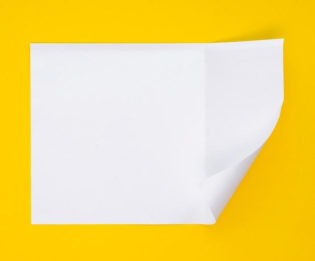 Bovenaanzicht van een vel papier met gebogen hoek