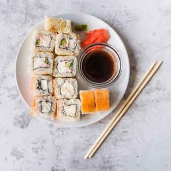 Bovenaanzicht van een volledige sushi-plaat