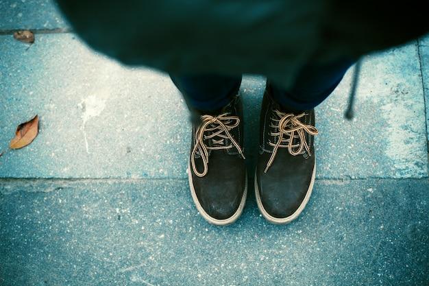 Bovenaanzicht van een vrouw het dragen van schoenen