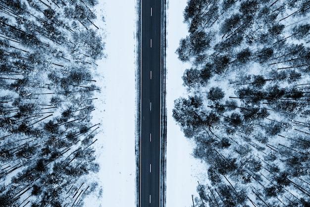 Bovenaanzicht van een weg omgeven door sneeuw