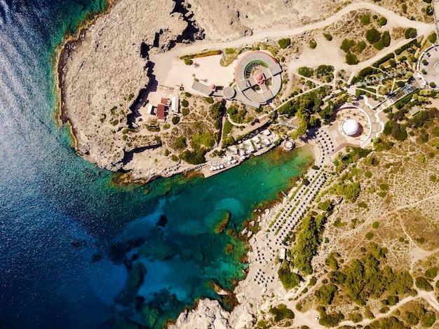 Bovenaanzicht van een zeehaven stad en exotische zee.