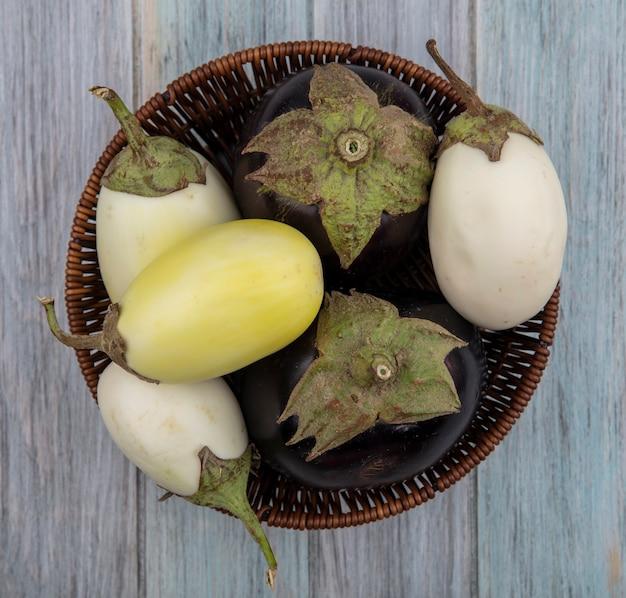 Bovenaanzicht van egglants in kom op houten achtergrond