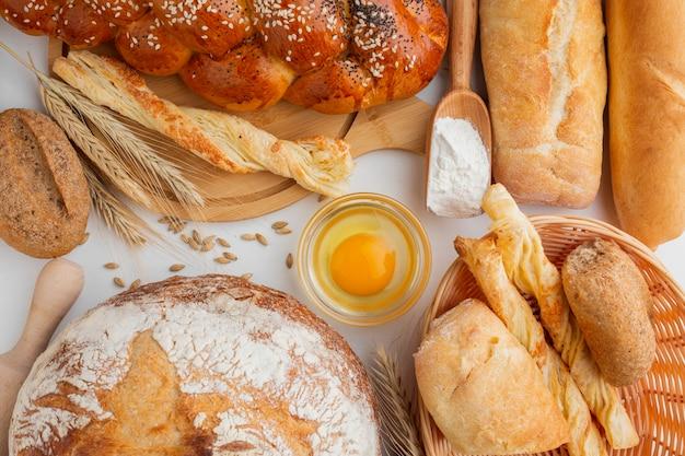 Bovenaanzicht van ei en assortiment van gebak