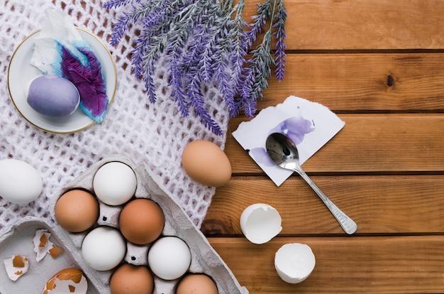 Bovenaanzicht van eieren en verf voor pasen met lavendel
