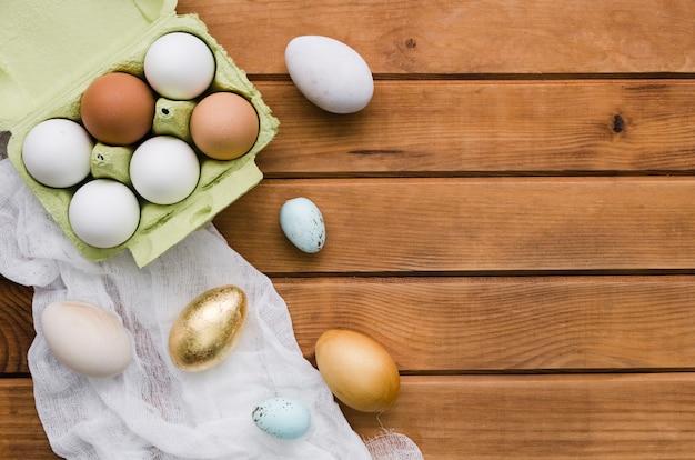 Bovenaanzicht van eieren in karton met kopie ruimte voor pasen