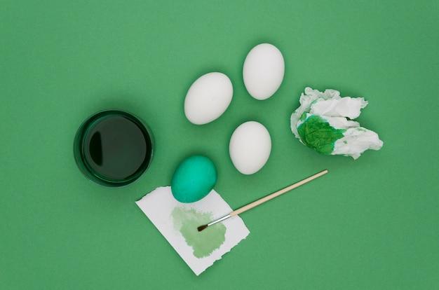 Bovenaanzicht van eieren met verf voor pasen