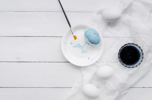 Bovenaanzicht van eieren voor pasen met kleurstof en textiel