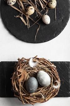 Bovenaanzicht van eieren voor pasen met nest en leisteen