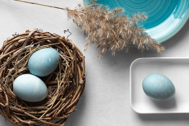 Bovenaanzicht van eieren voor pasen met nest gemaakt van twijgen