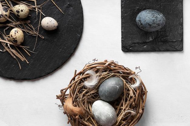 Bovenaanzicht van eieren voor pasen met nest