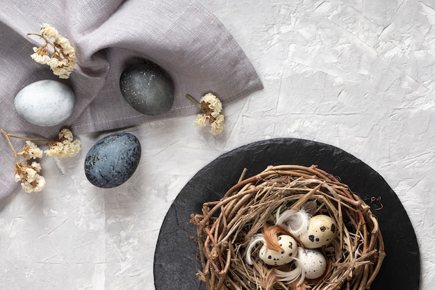 Bovenaanzicht van eieren voor pasen met vogelnest en stof