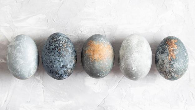 Bovenaanzicht van eieren voor pasen op een rij