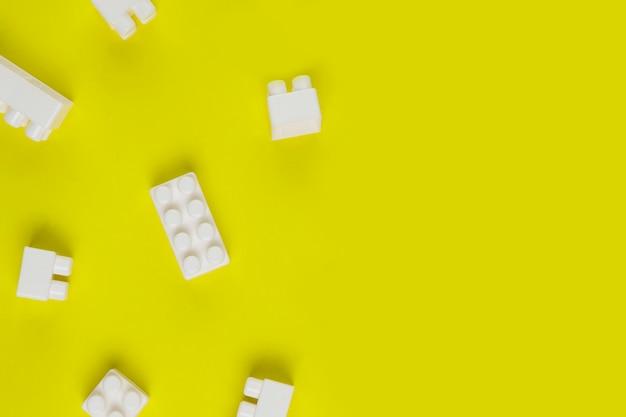 Bovenaanzicht van elkaar grijpende speelgoed blokken met kopie ruimte