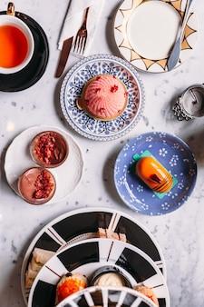 Bovenaanzicht van engelse afternoon tea set inclusief hete thee