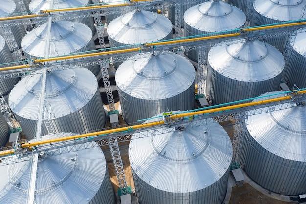 Bovenaanzicht van enorme metalen opslagtanks