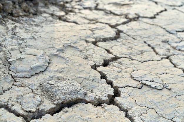 Bovenaanzicht van enorme spleet in vuile grond. concept droogte in de woestijn.