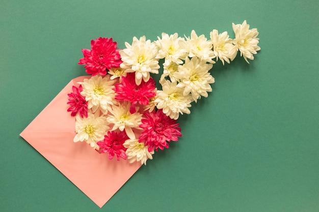 Bovenaanzicht van envelop met bloemen voor vrouwendag