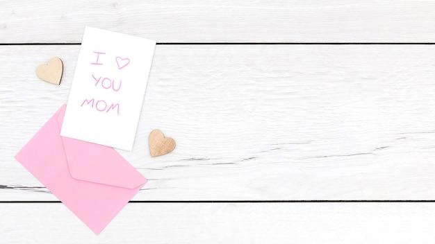 Bovenaanzicht van envelop op houten tafel