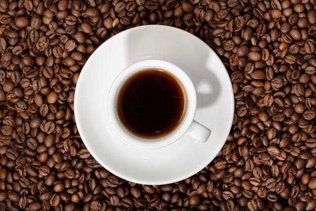 Bovenaanzicht van espresso koffie gebrande koffiebonen