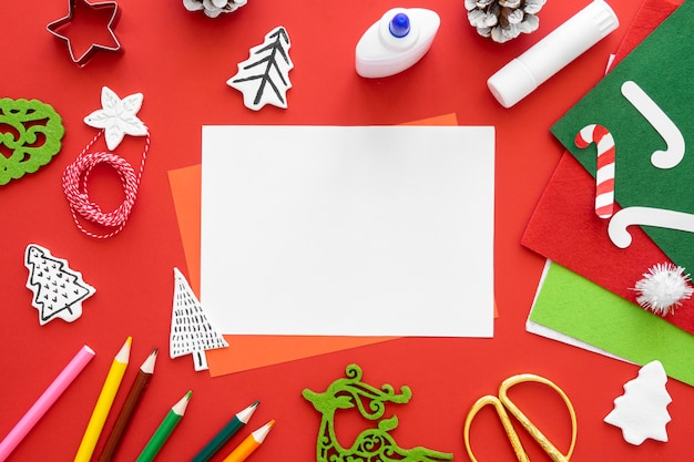 Bovenaanzicht van essentials voor het maken van kerstcadeaus met potloden en zuurstokken