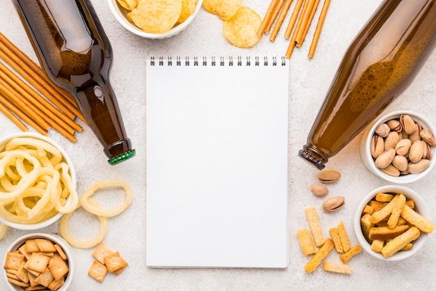 Bovenaanzicht van eten en bier arrangement