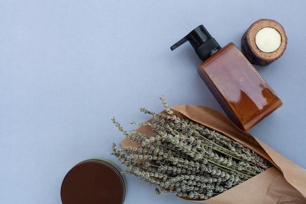 Bovenaanzicht van etherische olie fles en lavendel