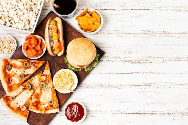 Bovenaanzicht van fast-food maaltijd met kopie ruimte
