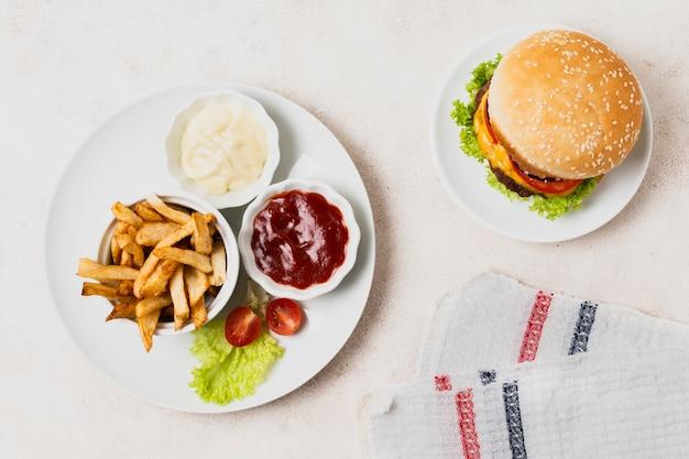 Bovenaanzicht van fast-food maaltijd