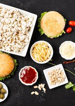 Bovenaanzicht van fast food op zwarte tafel
