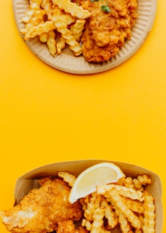 Bovenaanzicht van fish and chips met kopie ruimte