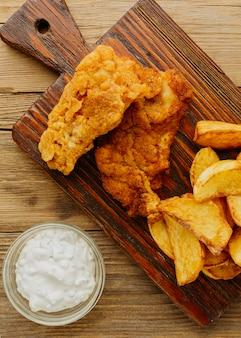 Bovenaanzicht van fish and chips met saus