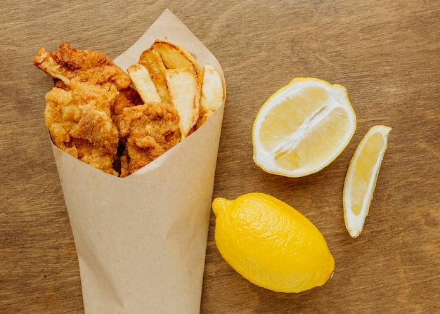 Bovenaanzicht van fish and chips schotel met schijfjes citroen