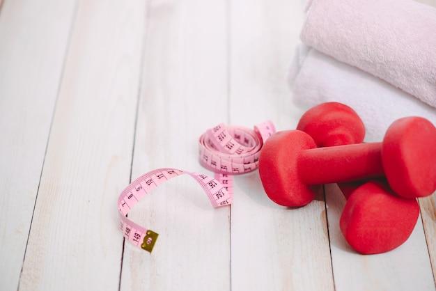 Bovenaanzicht van fitnessapparatuur op parketvloer. ik hou van training en een gezond levensstijlconcept met sportartikelen als symbolen
