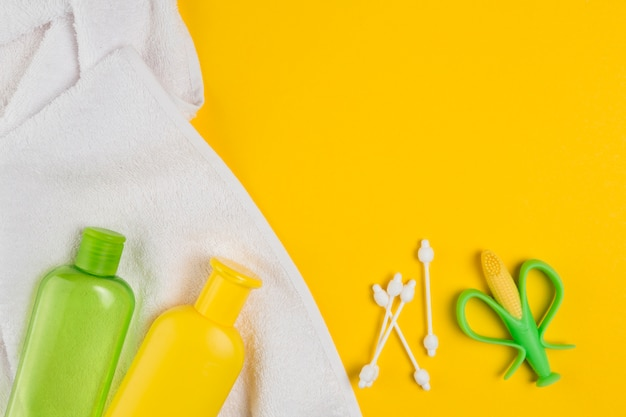 Bovenaanzicht van flessen en handdoek voor baby shower