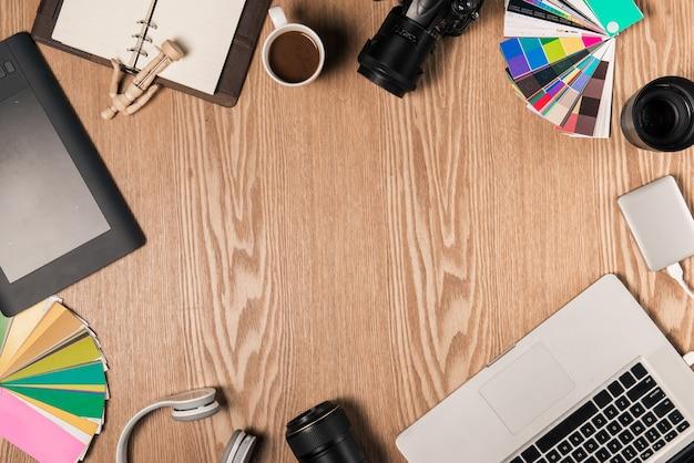 Bovenaanzicht van fotograaf op werkplek met kopieerruimte