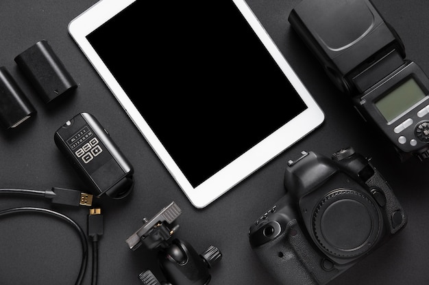 Bovenaanzicht van fotografie accessoires en tablet