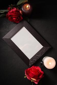 Bovenaanzicht van fotolijst met rode bloemen op donkere muur