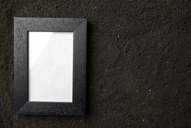 Bovenaanzicht van fotolijst op de donkere grond