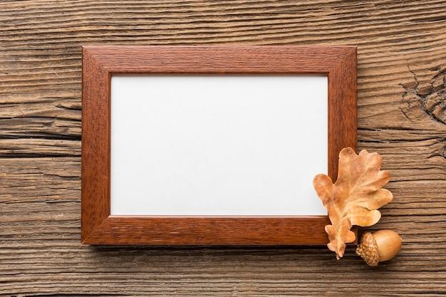 Bovenaanzicht van frame met eikel en herfstblad