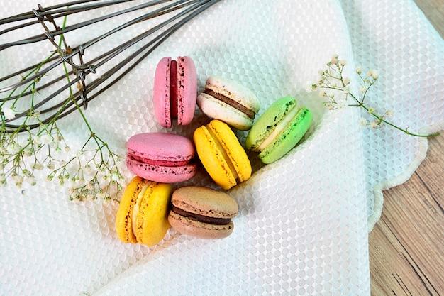 Bovenaanzicht van franse gebakjes. zoete en kleurrijke franse bitterkoekjes. kleurrijke macarons-cakes.