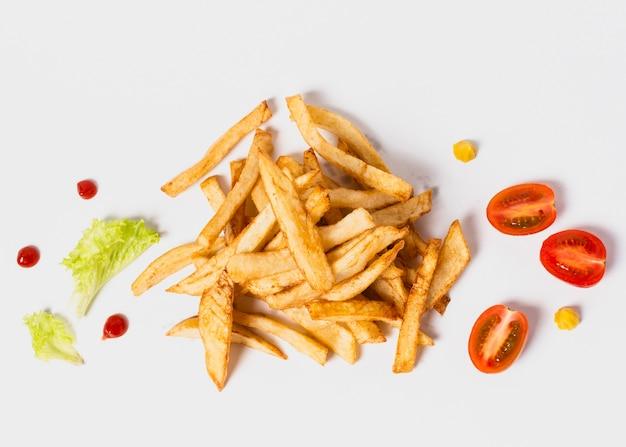 Bovenaanzicht van friet op witte tafel