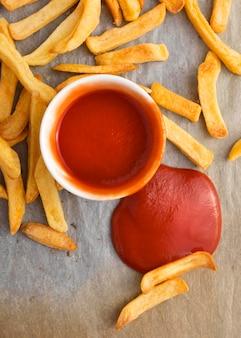 Bovenaanzicht van frietjes met ketchupsaus